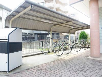 屋根付きの自転車置き場で雨をしのげますね