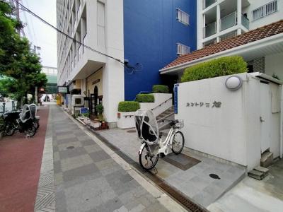 エントランスです。一階には飲食店や商店も入居しているので、とても便利です。