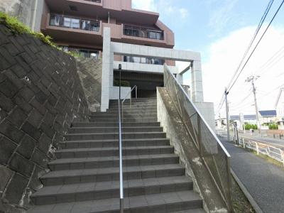 横浜市営地下鉄ブルーライン「下永谷」駅徒歩1分と好立地。 通勤時間の短縮でご家族と過ごす時間を増やす事が出来ます。