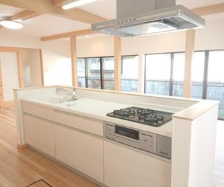 アイランドキッチン造作のシステムキッチンはLDKを見渡せる、明るい空間にあります('ω')ノ