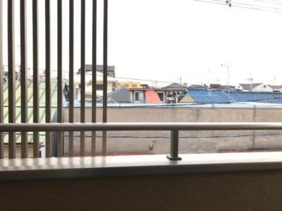 別角度から見た、3階バルコニーです。 前に遮る建物がないので、周囲からの視線も気にならず、北向きですが明るいですよ♪