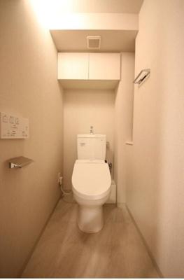 タオルやペーパーなどの整理に最適な吊戸棚が便利なウォシュレット付節水型トイレ。ちょとしたカウンターもあり大変便利です♪