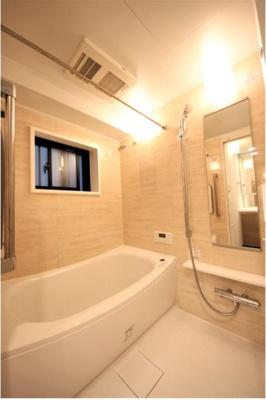 換気に欠かせない窓付きのバスルームが日頃の疲れを癒します。保温性に優れた魔法びん浴槽や追い炊き機能、雨の日のお洗濯にも大活躍な浴室暖房乾燥機も完備しております。