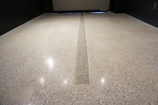 鏡面仕上げのガレージ床