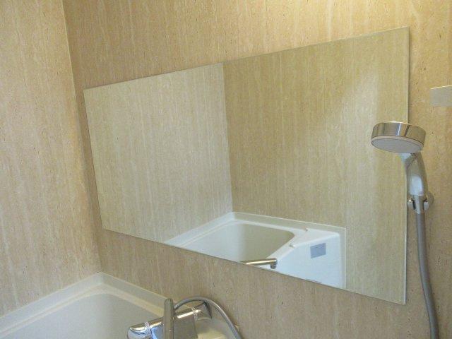 お風呂に大きな鏡があります