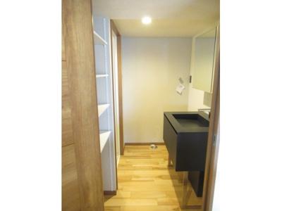 キッチンのすぐそばから洗面室に行けて家事動線の良い水回りです。