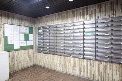 エントランス内に集中メールボックスがございます。