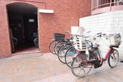 敷地内には駐輪スペースもございます。空き状況等はお問い合わせ下さい。