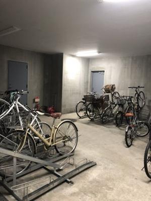 自転車駐輪場 1台まで無料で止められます。(入居時に自転車利用を申し込みください)
