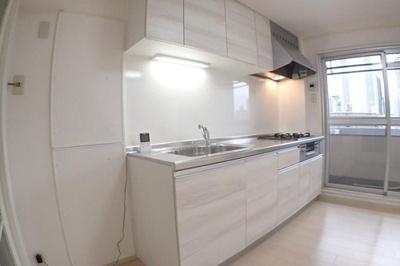キッチンの左横にすっぽりと冷蔵庫が収まります。