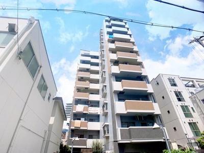 、あみだ池筋近くの閑静な住宅地に建つ10階建てのマンションです。スタイリッシュなライトブラウンとホワイトのコントラストが特徴です