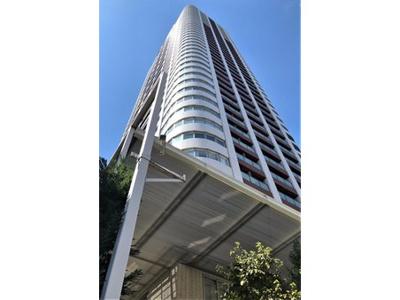 大阪の中心梅田エリアに建つ地上43階建ての超高層タワーマンションで総戸数385戸のビッグコミュニティです