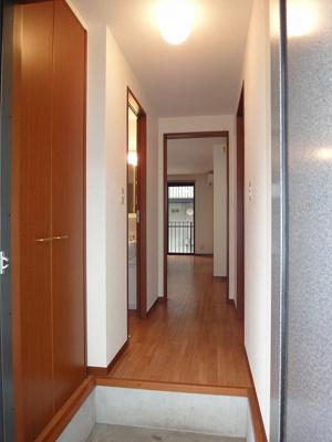 玄関から室内への景観です!右手に洋室4.6帖のお部屋、左手に洗面所・浴室・トイレがあります★