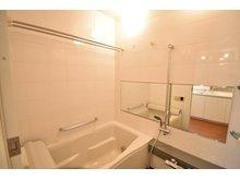 浴室の壁面はタイル貼り