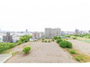 南面バルコニーからの眺望です。現況南側の敷地に建物はございません。