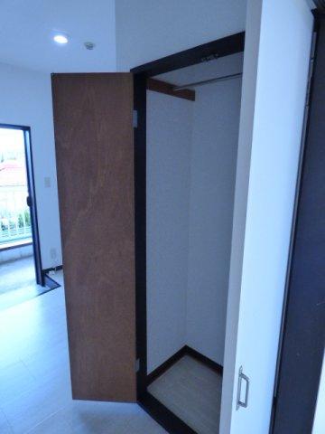 キッチン側の収納は中段のないクローゼット♪コートもかけられます!