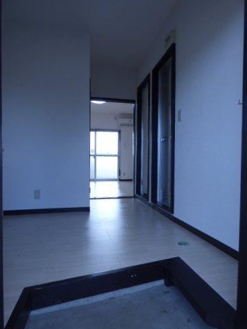 玄関横には作業台やシューズボックスを置くスペースあり♪