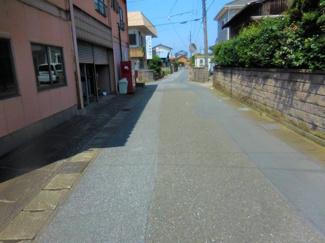JR内房線「青堀」駅までは徒歩約13分、約1000mの立地です。 幅員約4.7m~5mございます。圧迫感のない公道です。
