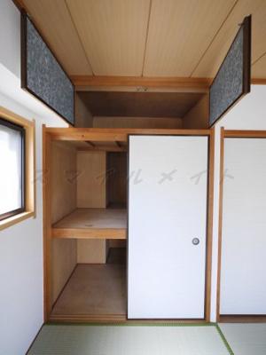 天袋のある広々とした和室の押入れです。