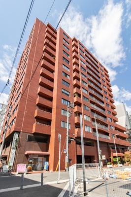 鮮やかな煉瓦色でタイル貼りの外観を持ち、1階部分には店舗や事務所が入っています。