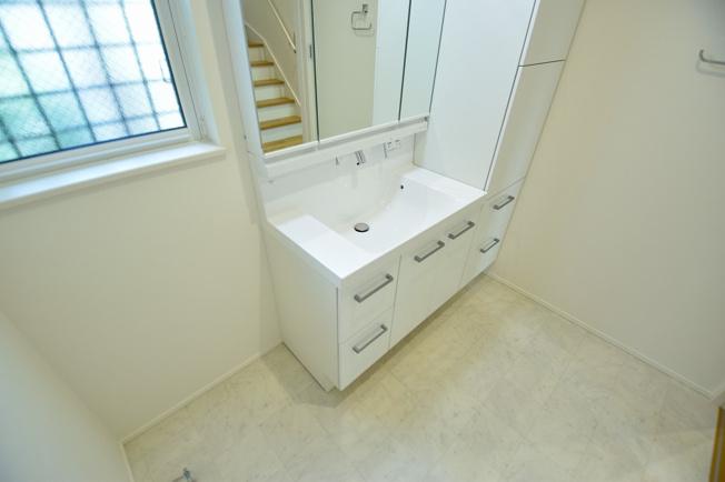 洗面室も広さを確保しました。日々のお洗濯や身だしなみが楽しくなりますね。