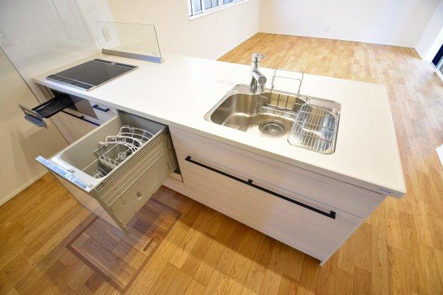 オープンキッチンでリビングダイニングを見渡せる気持ちのよいキッチンです。シンプルで洗練されたデザインのシステムキッチンは機能も充実。