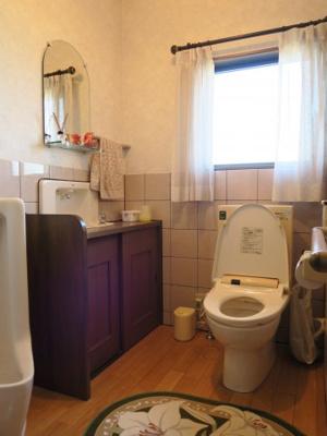 手洗いや収納スペース等があるトイレも広々です。