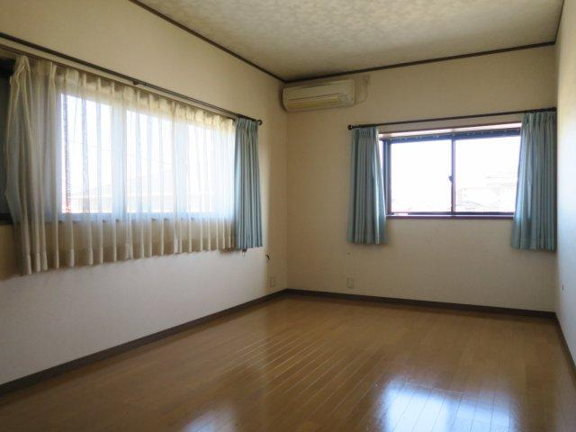 2面採光の洋室。風も通り過ごしやすいお部屋です。