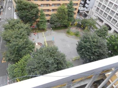 階下には花園東公園の緑が広がり、ほっと癒されます。