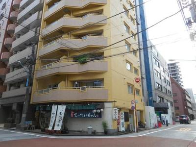 都営新宿線「新宿三丁目」駅からは徒歩約10分。
