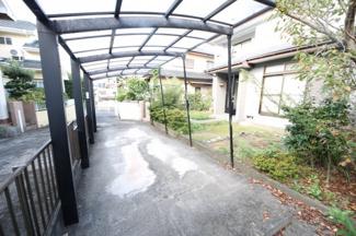 屋根付き2台駐車可能です。台数を増やしたい場合は外構工事も相談してください