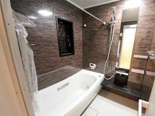 1坪タイプの浴室。湯冷めしにくい魔法瓶浴槽で経済的です。また撥水加工で水垢等も付きにくい高機能浴槽です。