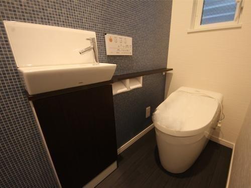 お手洗いは2か所まで標準です。 もちろんタンクレスですっきりコンパクトに! フルオートで便座も開閉致します。