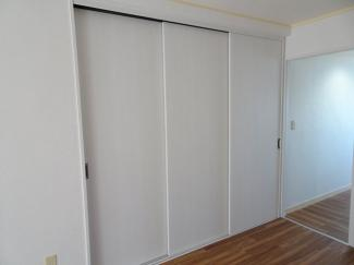 小林ビル 洋室7.5帖にあるたっぷり入る収納スペース
