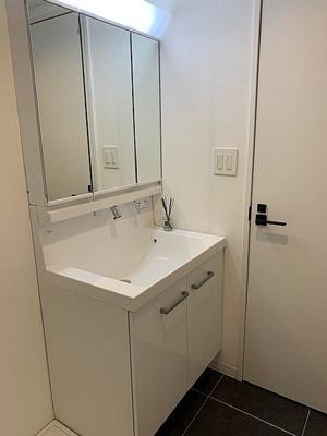 お支度時にも便利な三面鏡付きの洗面台です。