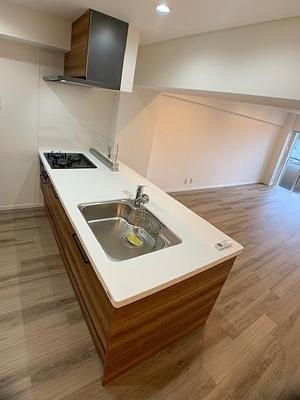 開放感あるフラットな対面式キッチンを採用しております。