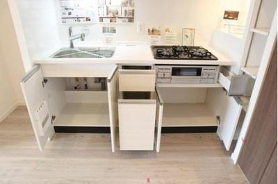 収納スペース豊富なシステムキッチンです。