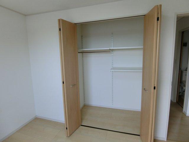 2階中央の居室の収納。便利な収納スペースです
