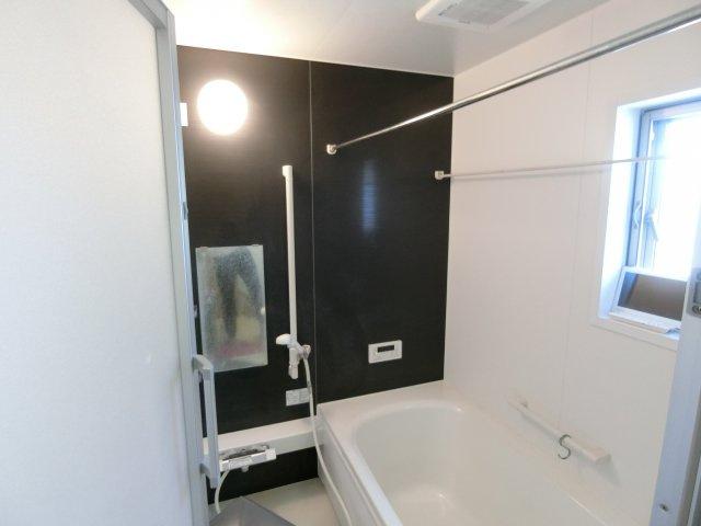 日々の暮らしに欠かせないお風呂です。1坪タイプの保温性能の高いユニットバスです。浴室乾燥機付いてます。