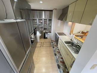 家電製品が置いてありますが圧迫感もなくキッチン棚も収納たくさんありますので 使い勝手が良いです!
