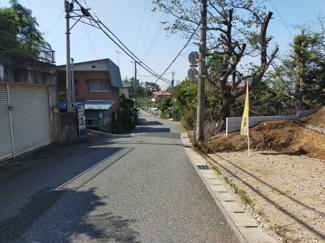 グランファミーロ生実町 前面道路は8m公道で広々しています。