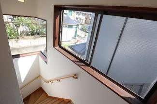 階段にも大きな窓がついておりますので十分に日差しが差し込みます。