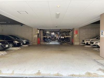 敷地内駐車場です。空き状況や使用条件等はご確認ください。