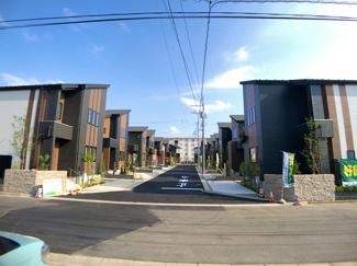 前面道路は6mの開発道路です。A・P号棟は前面道路6mの開発道路と6mの公道です。