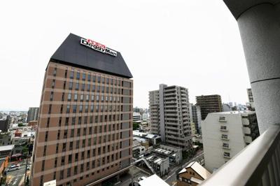 10階最上階のお部屋ですので、眺望も良好です。お天気のいい日はバルコニーで深呼吸はいかがでしょうか。