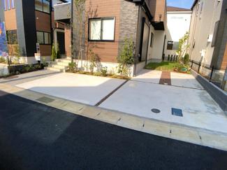 駐車スペースです。前面道路が6mの開発道路で広く駐車場は全棟2台可能です。