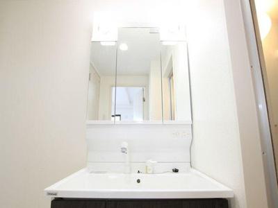 洗面化粧台は鏡が大きく、朝の準備もはかどりそうです。