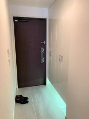 人感センサーの付いた玄関。壁一面の玄関収納は魅力的です。
