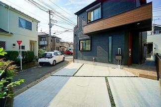 前面道路は車通りも少ないので、車の駐車が苦手な方でも 安心してゆっくり駐車することができます。