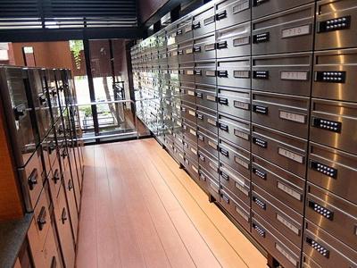 総戸数113戸の大規模マンション、管理人は日勤で管理体制良好。